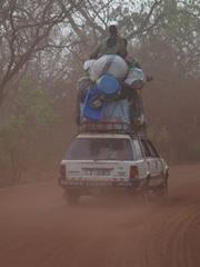Imágenes tomada en ruta. Transporte público en Guinea