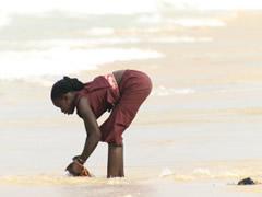 Lavando ropa en la playa