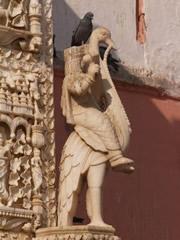 Figura de mármol en la fachada del templo
