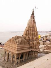 Templo con los cimientos vencidos