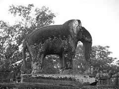 Elefante de piedra en East Mebon