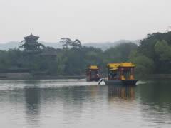 Chengde. Barcas en el lago