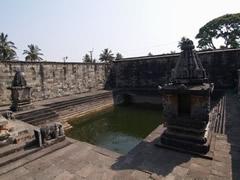Templo Belur. Estanque sagrado