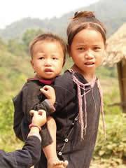 Niña Lamtha cuidando a niño
