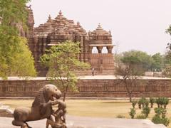 Estatua y templo al fondo