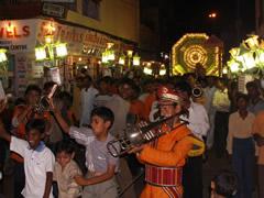 La procesión de boda por las calles