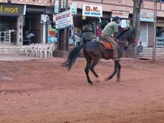 A caballo por la calle principal