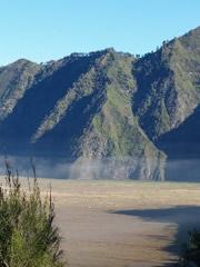 Neblina y laderas volcán