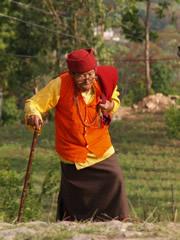 Anciano subiendo al monasterio