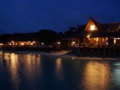 el resort de Mataking, de noche