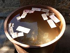 Billetes en el templo