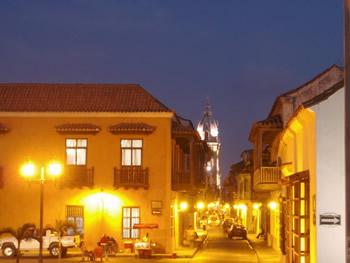 La ciudad amurallada de noche