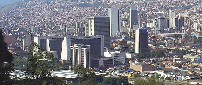 Panorámica del centro de Medellín de Wikipedia.