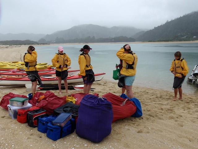Preparando el equipaje para los kayaks