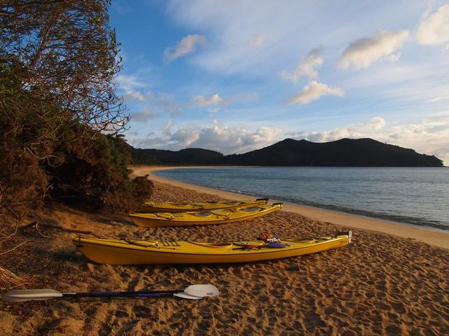 Nuestros kayaks en Anchorage Bay al atardecer
