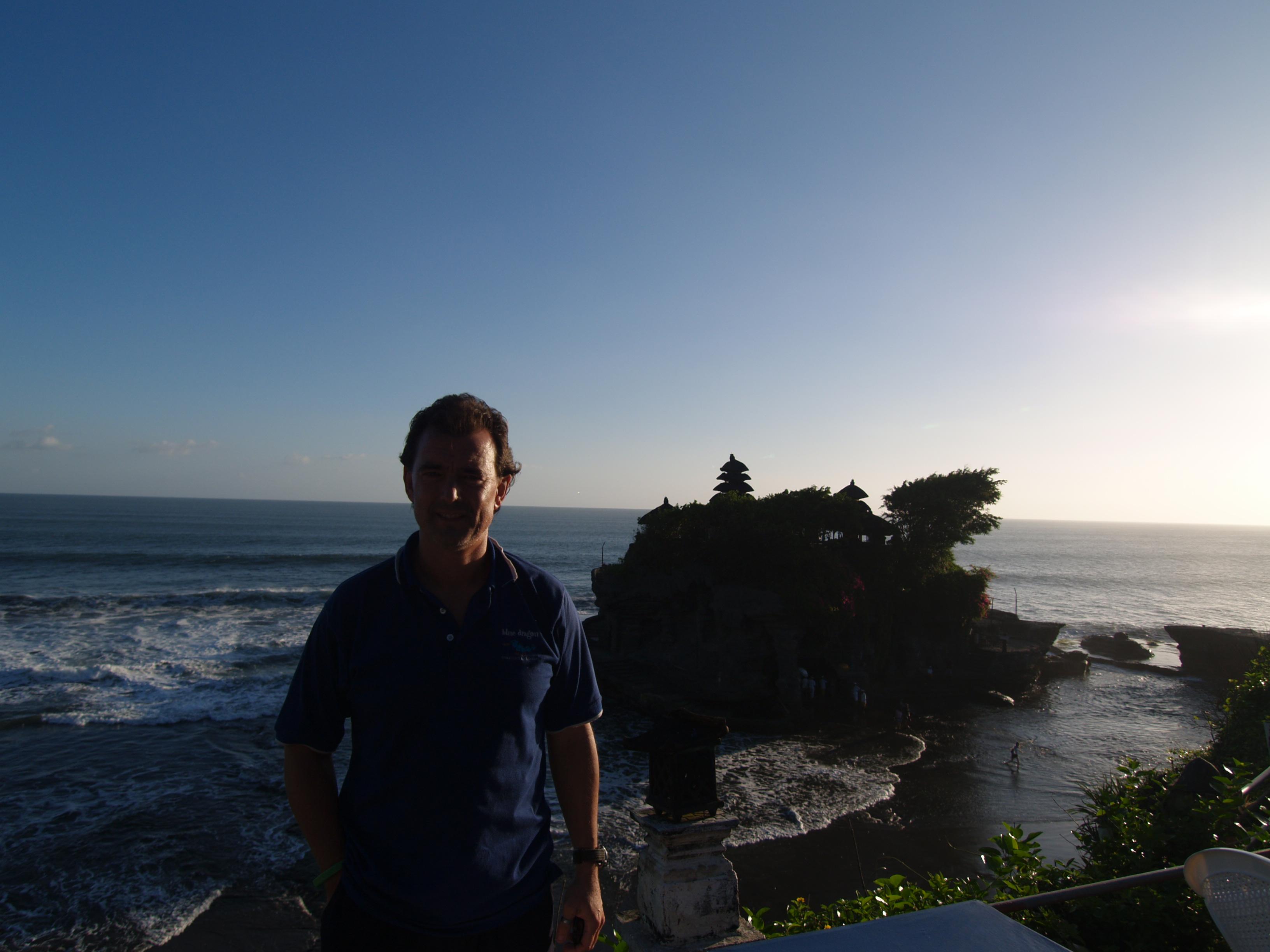 P6071994 Carlos en el Templo del Mar Bali Indonesia
