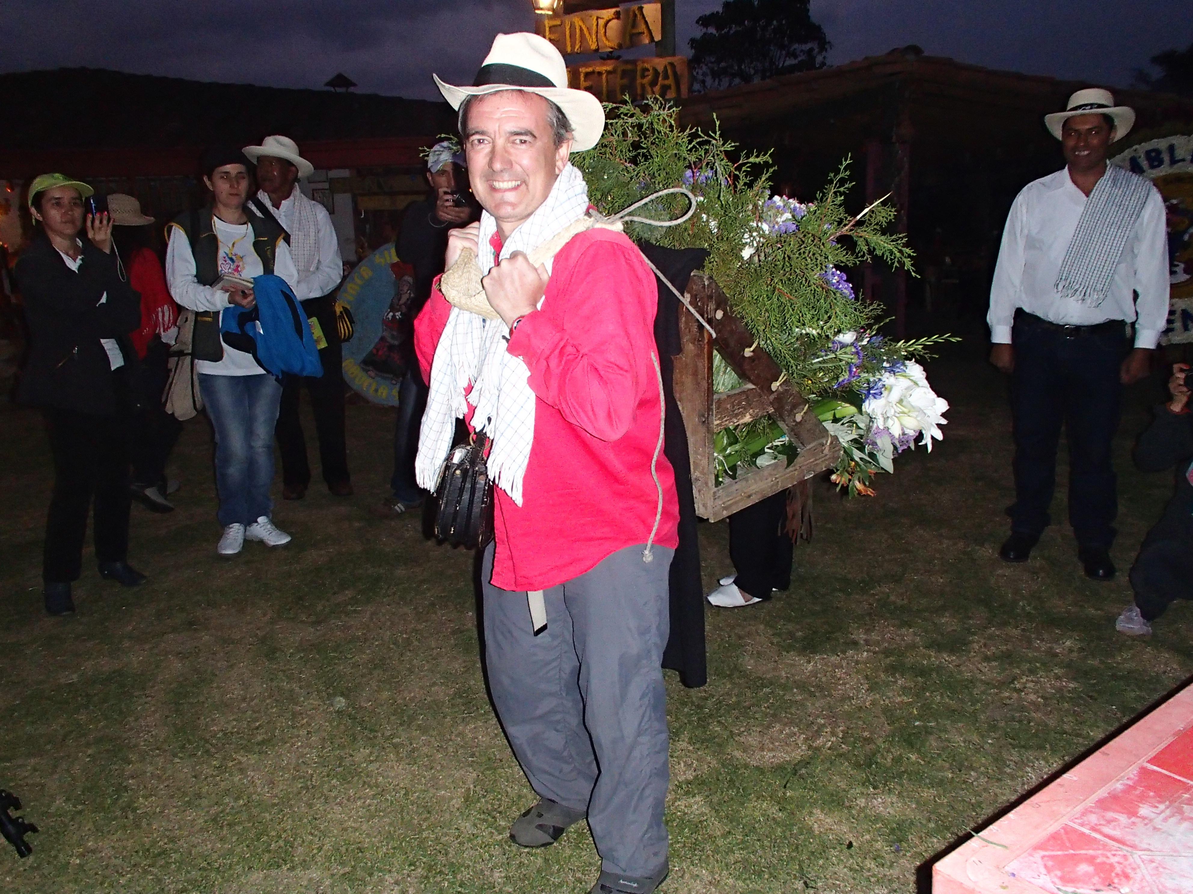 Carlos comprobando lo difícil que es el oficio de silletero en Santa Elena, Colombia.