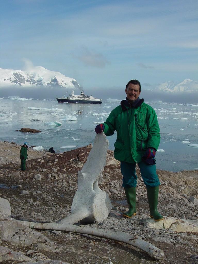 Con un hueso de ballena en la Antártida y el Orlova al fondo